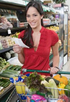 cewek-belanja-di-supermarket